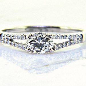 Ladies 18K Round Brilliant Diamond Enagagement Ring